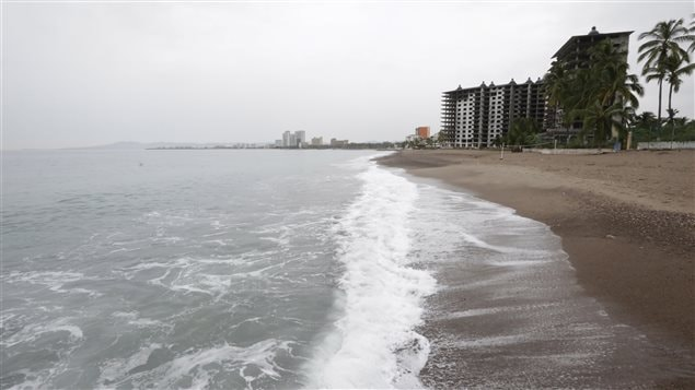 La plage de Puerto Vallarta est vide au lendemain du passage de l'ouragan Patricia