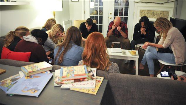 Des fidèles de l'église du Plateau se réunissent régulièrement pour prier dans l'appartement du pasteur Bradley Morrice.