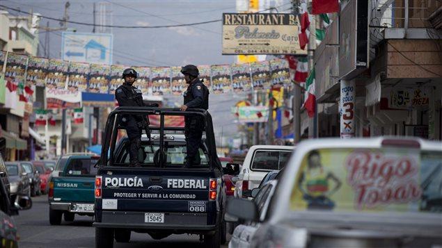 La police fédérale mexicaine dans les rues d'Apatzingan le 8 janvier 2015.