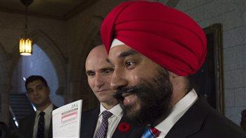 Le ministre Bains et le ministre Duclos montrent une copie du formulaire long du recensement.