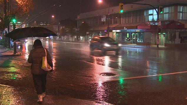 Une rue sous la pluie à Vancouver