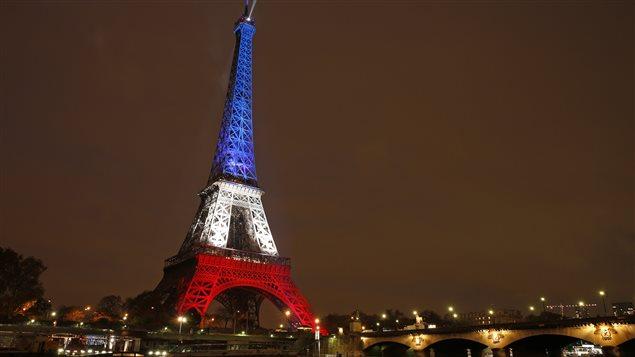 La tour eiffel illumin e en bleu blanc rouge ici radio - Couleur de la tour eiffel ...