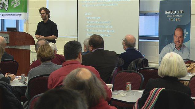 Le chercheur de l'Institut de recherche et d'information socio-économique, Bertrand Schepper, lors de la conférence Avoir suffisamment d'argent pour vivre à Rimouski