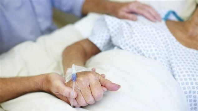 À moins d'un mois de l'entrée en vigueur de la loi sur les soins de fin de vie, le ministre de la santé Gaétan Barrette a présenté hier un plan de développement «des soins palliatifs et de fin de vie». Réaction du Dr Louis Roy, médecin en soins palliatif au CIUSS de la Capitale-Nationale.
