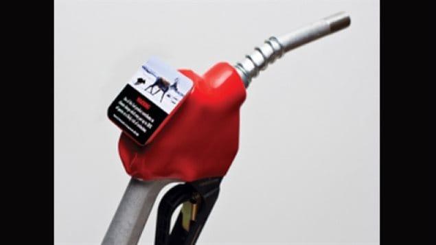 Une pompe à essence équipée d'une étiquette pour lutter contre le changement climatique.