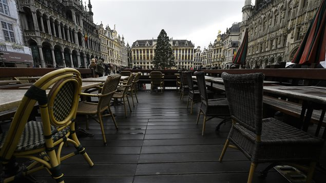 Une terrasse vide sur la Grand-Place, à Bruxelles, dimanche.