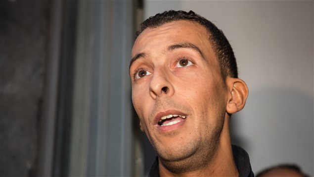 Le frère de Salah Abdeslam, Mohamed, s'adresse aux médias.