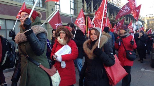 Des membres de la Fédération autonome de l'enseignement manifestent dans les rues de Montréal.
