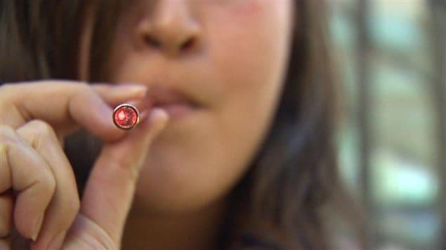 Fumer la cigarette électronique sera interdite partout où la cigarette traditionnelle l'est, sauf dans les magasins de vapotage