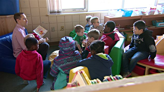 Ce groupe d'enfants participe au « Samedi littératie » à l''École Monseigneur de Laval, à Regina.
