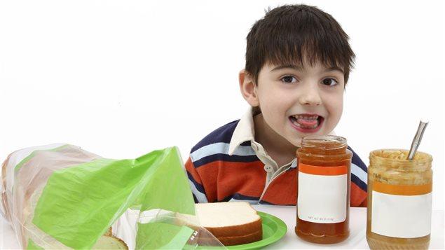 Un garçon s'apprête à manger du beurre d'arachide.