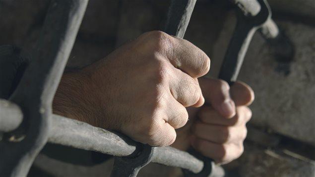 Un homme dans sa cellule