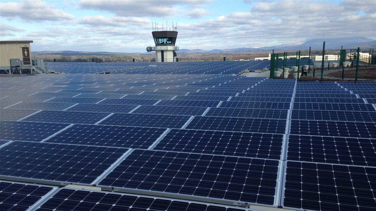 Panneaux solaires à l'aéroport de Burlington.