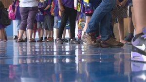 Des élèves dans le couloir d'une école