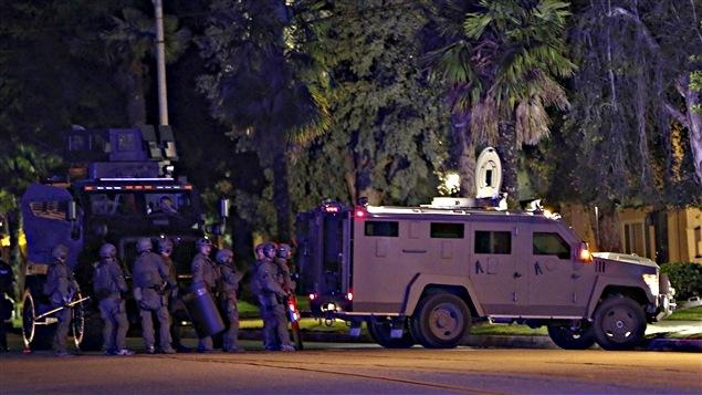 Des policiers près de la maison où s'étaient retranchés les suspects