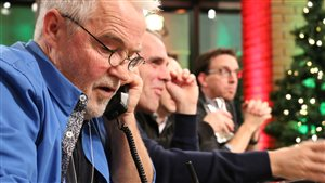 Des bénévoles prennent les appels lors du 57e Noël du pauvre