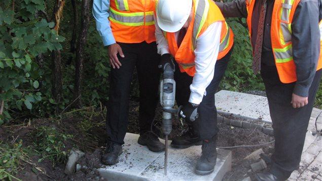 En 2015, le maire Coderre a détruit une dalle de Postes Canada au marteau-piqueur.