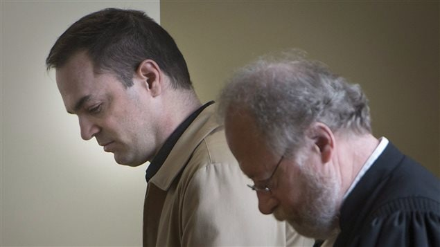 Guy Turcotte et son avocat Pierre Poupart à leur entrée au tribunal pour recevoir le verdict.