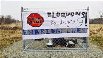Des manifestants ferment une valve de la ligne 9B d'Enbridge et s'y enchaînent