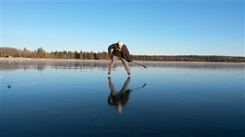Sean Frey patine sur le lac Clear, dans le parc national du Mont-Riding, au Manitoba.
