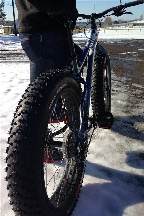 Les roues du vélo sur neige sont beaucoup plus larges que le vélo traditionnel.