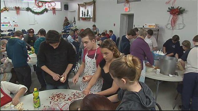 Des élèves des écoles secondaires de Coaticook sont venus aider à la préparation des croustades.