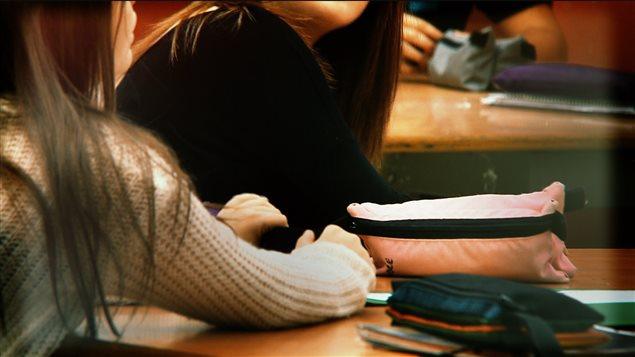 Des adolescentes en classe.