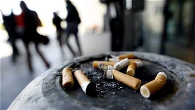 Des mégots de cigarettes dans un cendrier
