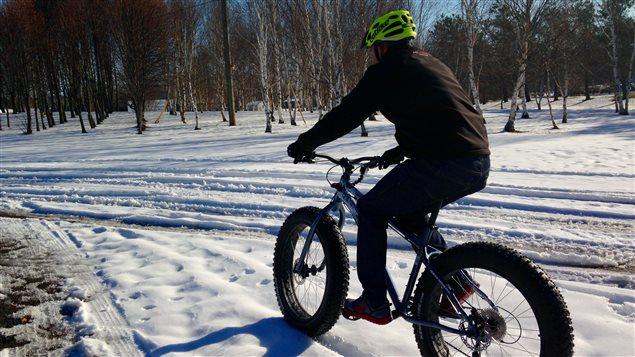 Le vélo sur neige est de plus en plus populaire.