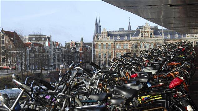 Un aire de stationnement de bicyclettes à Amsterdam, au Pays-Bas