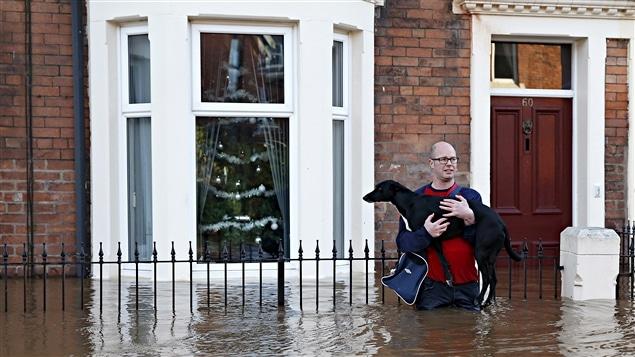 De fortes pluies ont causé des inondations à Carlisle en Grande-Bretagne en décembre 2015.