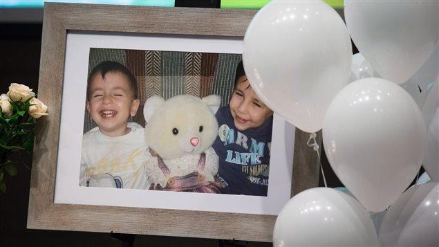 Une photo du petit Alan et de son frère Galip Kurdi exposée lors d'une cérémonie à leur mémoire et à celle de leur mère, tenue à Vancouver en septembre.
