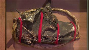 Cette chaussure d'enfant a été découverte sur les lieux du pensionnat autochtone de Carcross au Yukon.