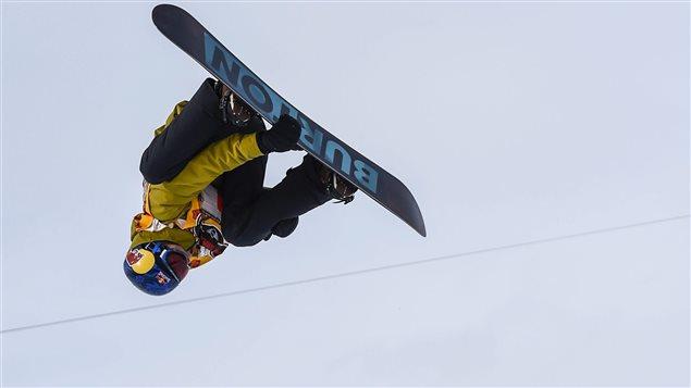 Le planchiste Mark McMorris en pleine manoeuvre aérienne.