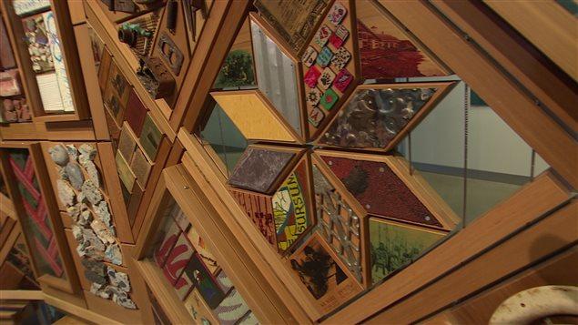 La Couverture des témoins est une grande installation artistique créée à partir de centaines d'objets récupérés auprès de pensionnats, d'Églises, de bâtiments gouvernementaux et d'autres structures d'un bout à l'autre du Canada.