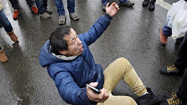 Les autorités chinoises ont bousculé ceux qui sont venus apporter leur soutien à l'avocat Pu Zhiqiang.