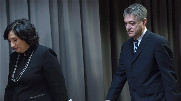 Renaud Lachance (à droite) lors de la conférence de presse où France Charbonneau présentait le rapport de la commission qu'elle a présidée.