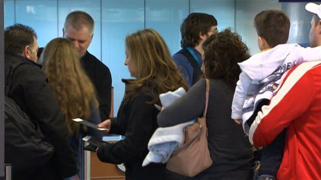 Une file d'attente à l'aéroport de Montréal-Trudeau.