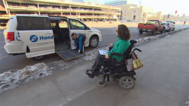 Yvette Cenerini prend le système de transport adapté Handi-Transit.