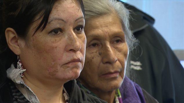 Des femmes autochtones qui assitent à un point de presse des leaders autochtones du Québec et du Labrador.