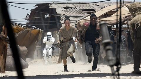 Daisy Ridley et John Boyega dans <em>Star Wars : le réveil de la force</em>, de J. J. Abrams