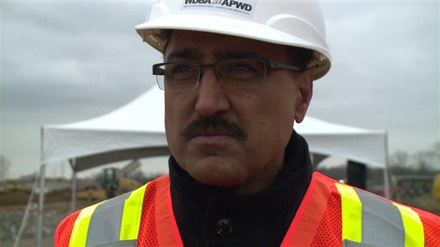 Le ministre fédéral de l'Infrastructure Amarjeet Sohi sur le chantier de construction du futur pont international Gordie-Howe