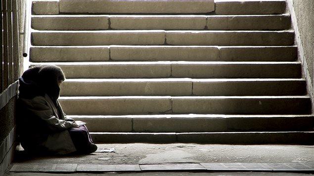Un sans-abri demande la charité