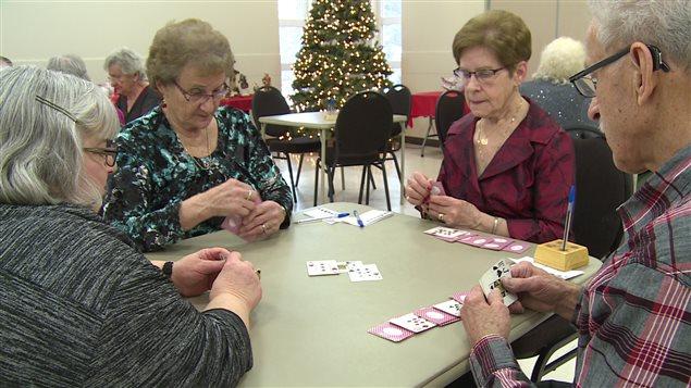 Les jeux de cartes permettent aux aînés de sortir de l'isolement.