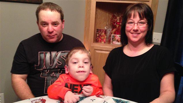 Morgan Doucet (c) avec son père Glen (g) et sa mère Carol (d).