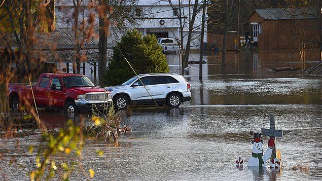 L'eau de crue de la rivière Chattahoochee submerge une rue à Columbia, en Alabama, le 25 décembre 2015.