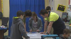 Greg Doyle et quelques uns de ses élèves préparent un tournage.