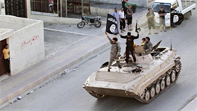 Des djihadistes brandissent le drapeau du groupe armé État islamique.