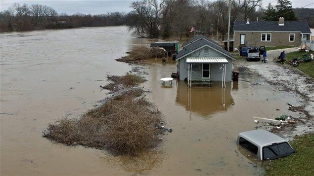 La rivière Meramec dans l'État du Missouri va continuer de s'élever dans les prochains jours, forçant les habitants à quitter leur logement.