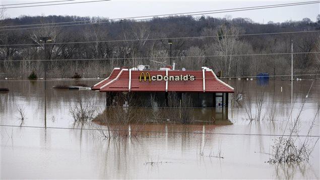 Un restaurant Mc Donald's à moitié englouti par la montée des eaux à Union, dans le Missouri.
